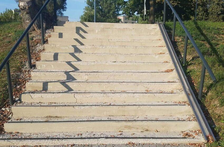 Pernai atnaujinti laiptai ir vėl remontuojami