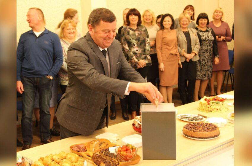Pyragų dieną savivaldybės darbuotojai aukojo sutrikusio intelekto žmonėms
