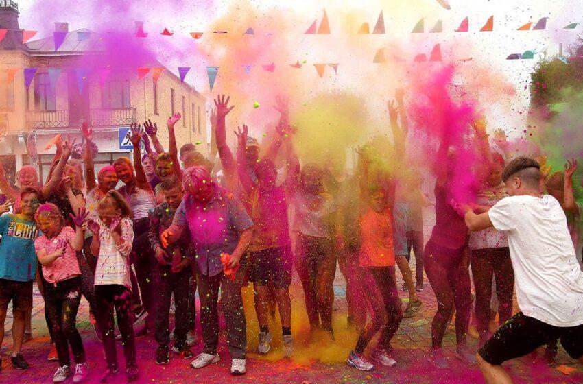 Bėgikai Kėdainių širdyje bėgo… spalvotai (GALERIJA)