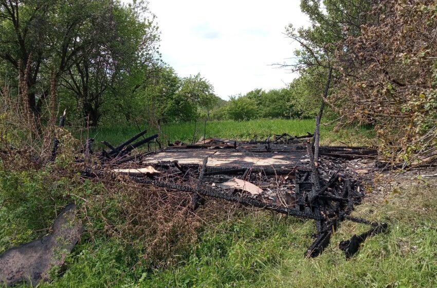 Pašiliuose sodo namelis virto degėsių krūva – įtariamas padegimas