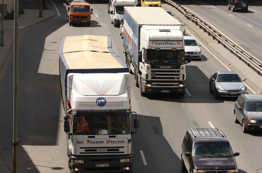 Ministerija siūlo du su automobilių tarša susijusius mokesčius
