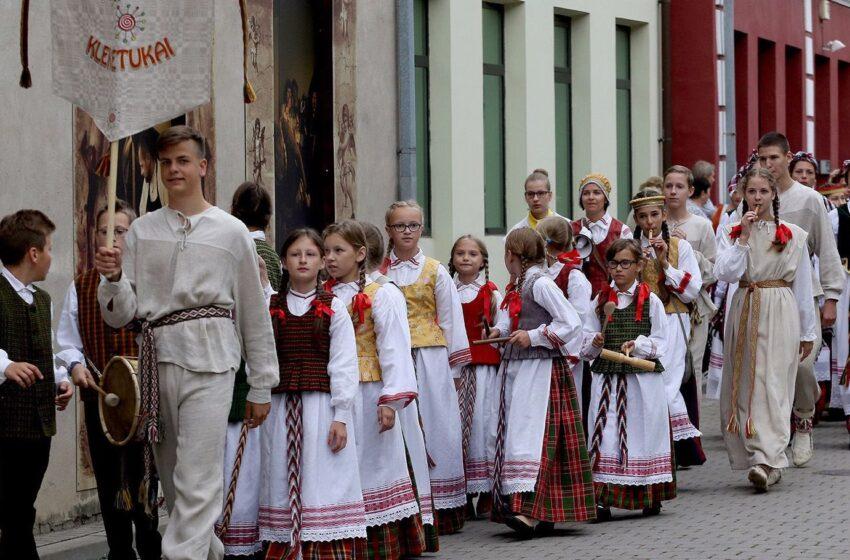 Geros nuotaikos kiemelyje kleketavo jaunieji folkloristai (fotogalerija)