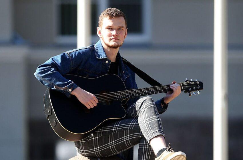 Jis, jo gitara ir debiutinis albumas