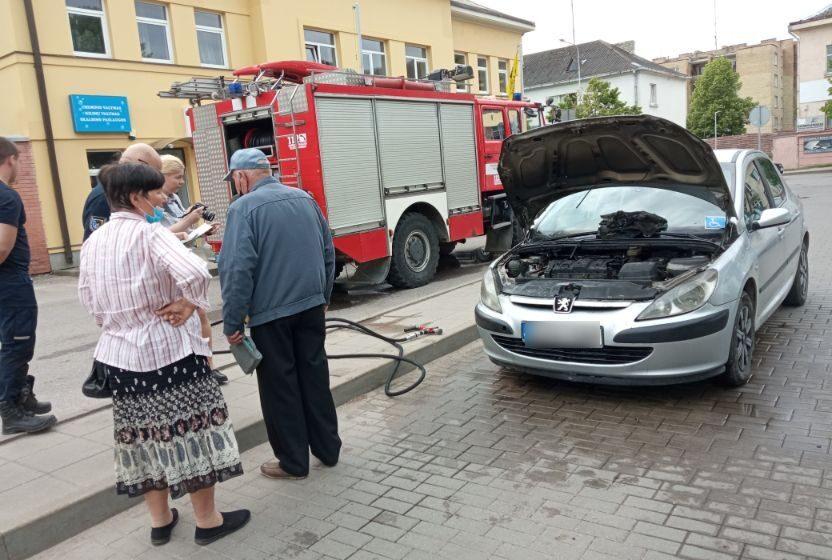 Miesto centre užsiliepsnojo senjoro vairuojamas automobilis