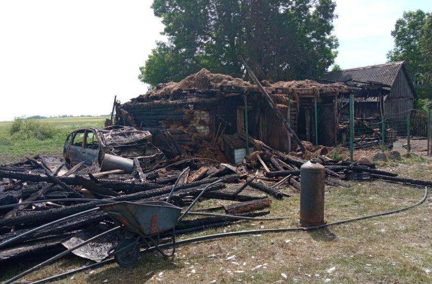 Langakiuose siautėjo liepsnos: sudegė ūkinis pastatas, automobilis, užduso vištos