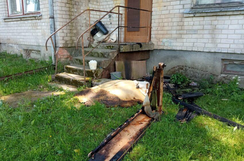 Neblaivus kaimynas padegė lovą, grasino sudeginti tvartą