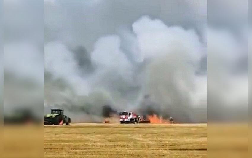Laukuose liepsnoja žemės ūkio technika