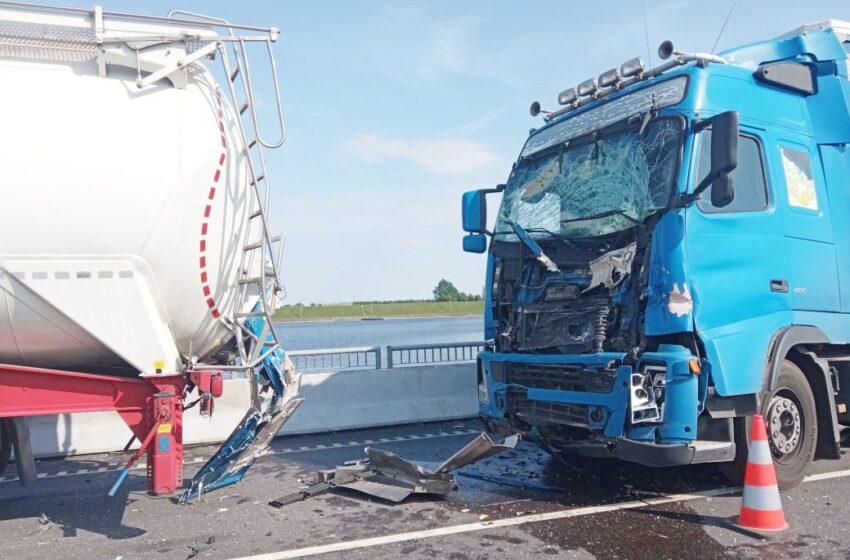 """""""Via Balticoje"""" susidūrė vilkikai: įkalintą vairuotoją vadavo gelbėtojai (FOTOGALERIJA)"""