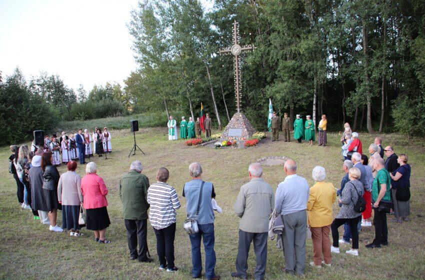 Vėl susitiko prie kryžiaus Baltijos kelyje