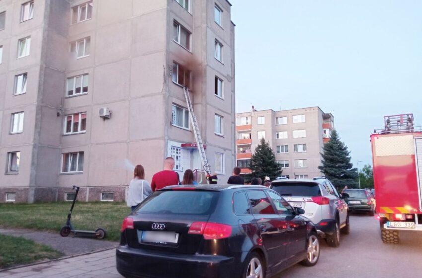 Daugiabučio bute kilo gaisras: evakuoti gyventojai (FOTOGALERIJA)