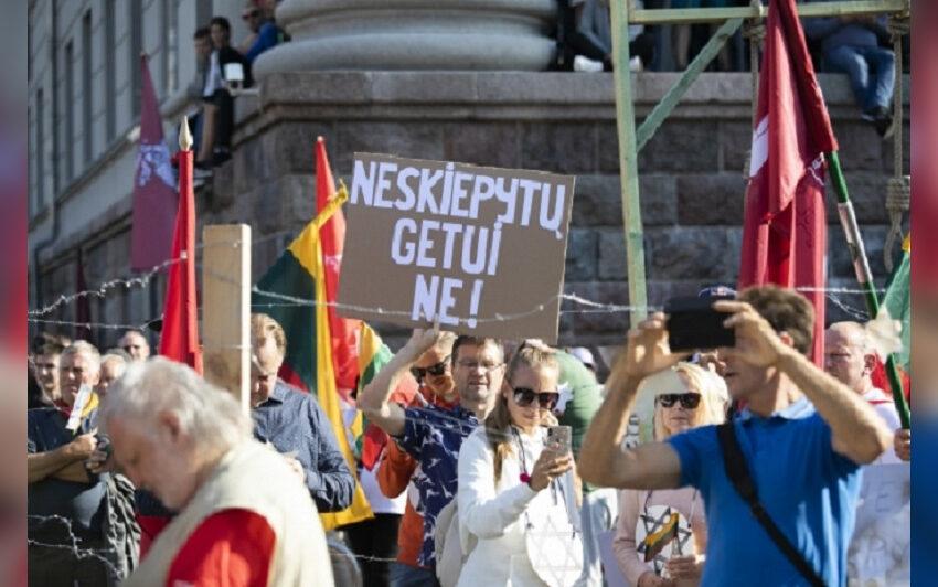 Keli tūkstančiai žmonių prie Seimo protestuoja prieš naujus COVID-19 ribojimus