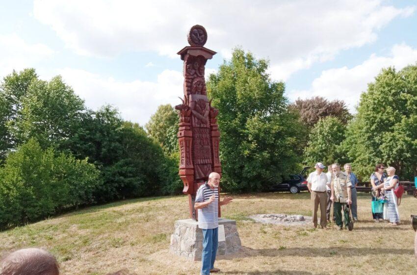 """Skinderiškio parke pašventinta ąžuolinė skulptūra """"Motinai gamtai"""""""