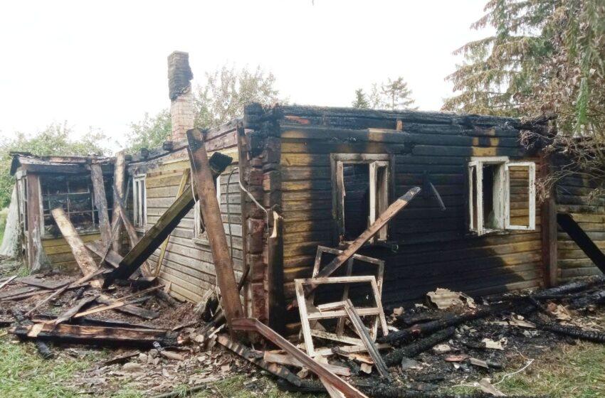 Kupsčiuose sudegė rąstinis namas