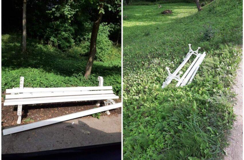 Miesto parką nusiaubė vandalai – sulaužyti 8 suoliukai