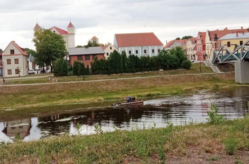 Mieste nuo žolių valoma Nevėžio upė