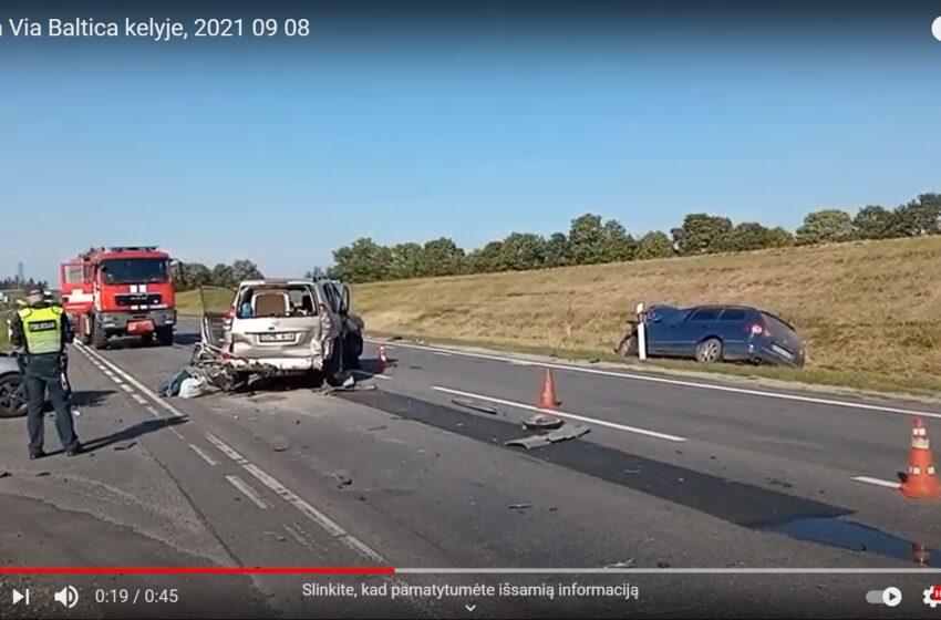 """""""Via Balticoje"""" susidūrė trys automobiliai: vieną vairuotoją vadavo gelbėtojai"""