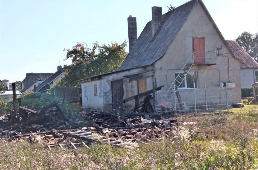 Babėnuose sudegė malkinė, išgelbėtas gyvenamasis namas