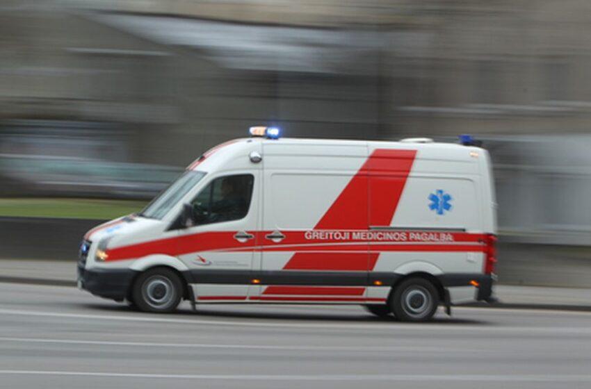 Miške susižalojusią moterį gelbėjo medikai ir ugniagesiai