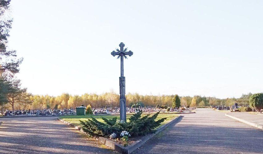 Nieko švento: nuo kapų vagiami vainikai, žvakidės ir gėlės