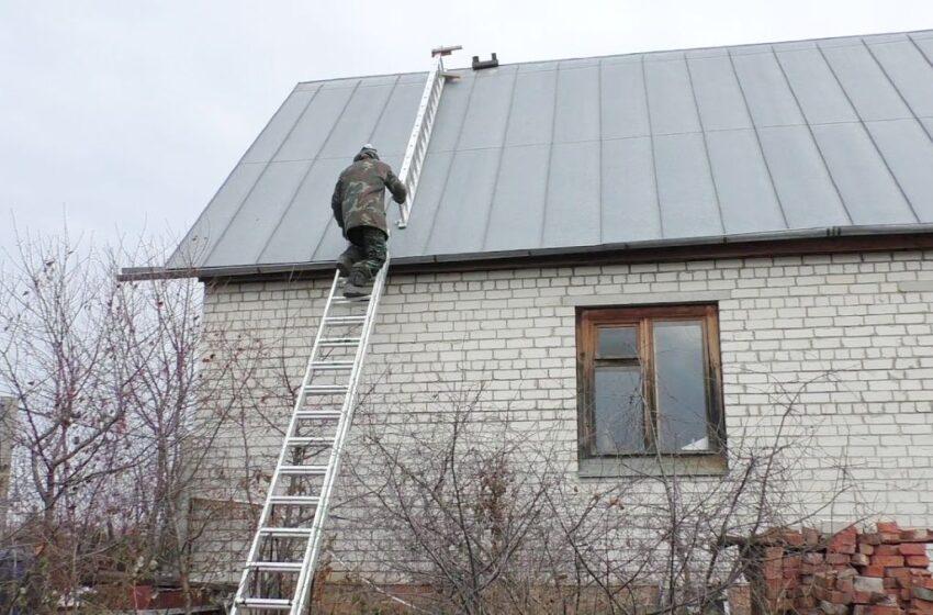 Nulipti nuo namo stogo gyventojui padėjo ugniagesiai